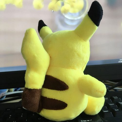16 cm-es plüss Pikachu pokémon oldalról