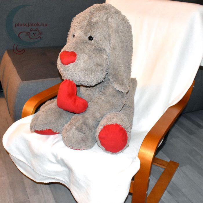 Hatalmas, 80 cm-es szerelmes plüss kutya székben