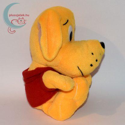Narancs színű plüss kutyus piros pólóban oldalról