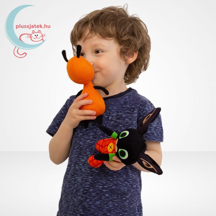 Bing és barátai: Flop plüss figura (19 cm, kötött anyagú), játék közben