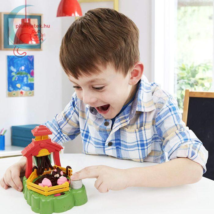 Play-Doh: Pigsley és a dagonyázó malacok gyurma készlet, játék közben