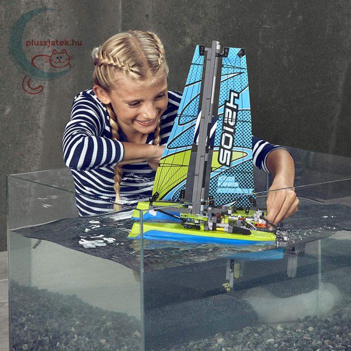 LEGO Technic 42105 - Katamarán, a hajó úszik a vízen