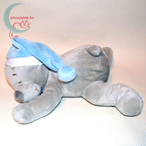 Alvó sapkás fekvő plüss maci