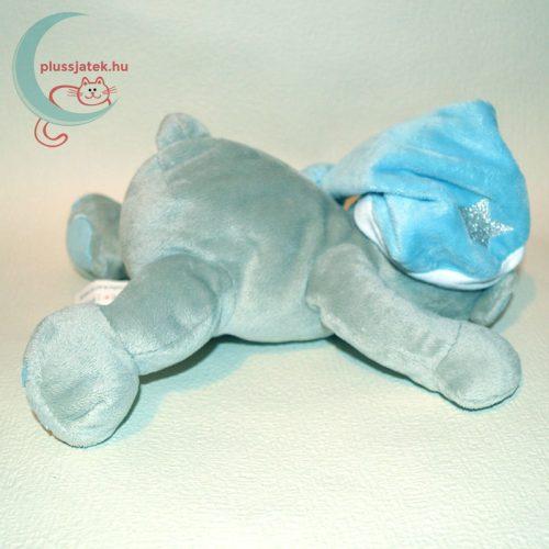 Alvó sapkás fekvő plüss maci hátulról