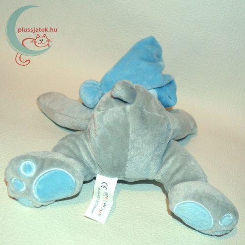 Alvó sapkás fekvő plüss maci lába irányából
